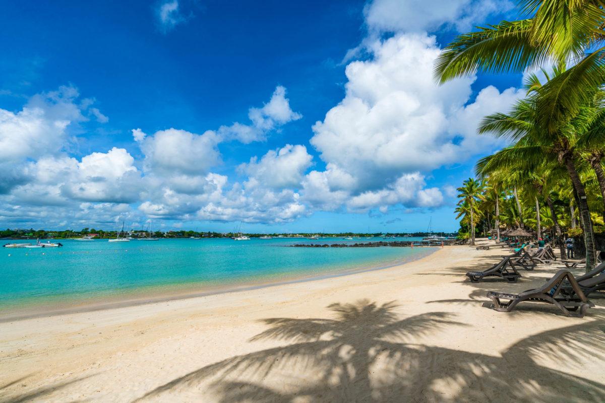 Grand Baie war einst ein beschauliches Fischerdorf und ist nun die wohl bekannteste Touristenhochburg an der Nordküste von Mauritius - © Balate Dorin / Shutterstock