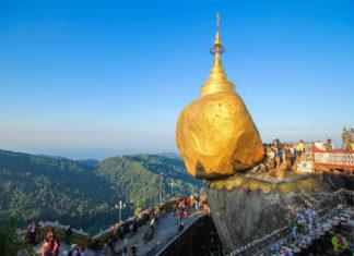 """Der """"Goldene Felsen"""" oder """"Golden Rock"""" mit dem ebenfalls goldenen Stupa darauf ist eine der bedeutendsten Pilgerstätten Myanmars - © SATHIANPONG PHOOKIT / Shutterstock"""