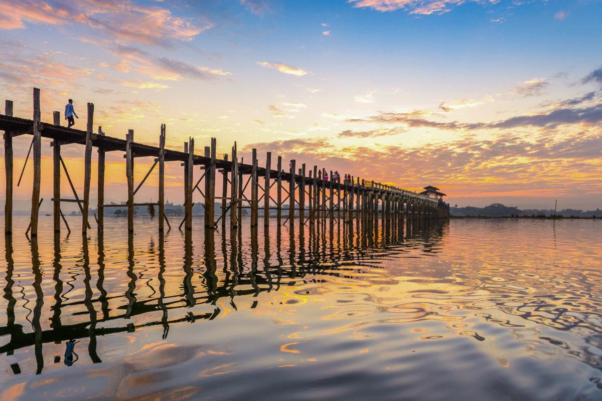Die 1,2 Kilometer lange U-Bein-Brücke am Taung Tha Man See in der alten Königsstadt Amarapura ist die längste Teakholz-Brücke der Welt, Myanmar - © Sean Pavone / Shutterstock
