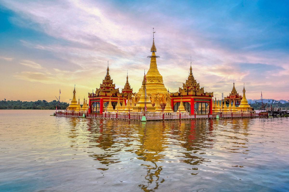 Die goldglänzende Shwemyintzu Pagode zählt aufgrund ihrer malerischen Lage im Indawgyi See zu den schönsten buddhistischen Heiligtümern von Myanmar - © JekLi / Shutterstock