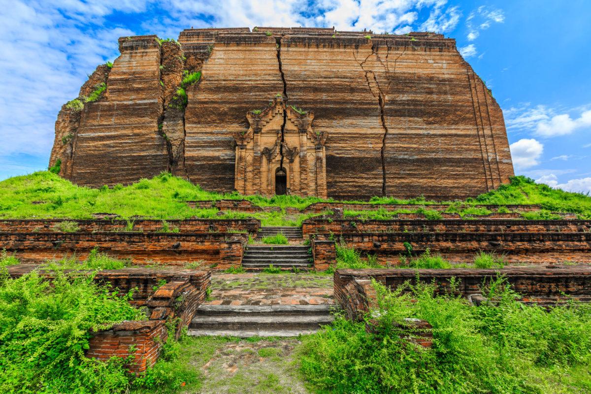 Die Pagode im Dorf Mingun sollte einst die größte Pagode der Welt werden, ist jedoch bis heute unvollendet, Myanmar - © Avigator Fortuner / Shutterstock