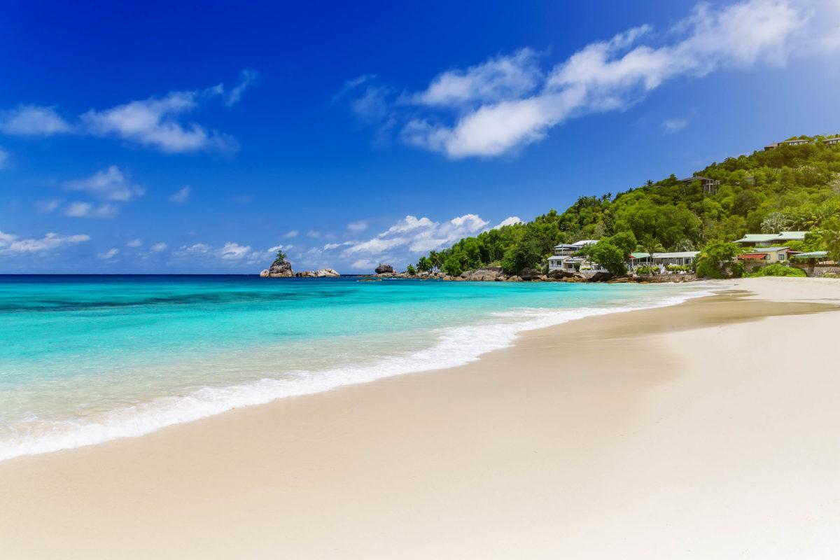 Der etwa 500m lange Anse Intendance an der Südküste hat die höchsten Wellen auf Mahé zu bieten - er hat kein vorgelagertes Riff, Seychellen - © Chaikovskiy Igor / Shutterstock