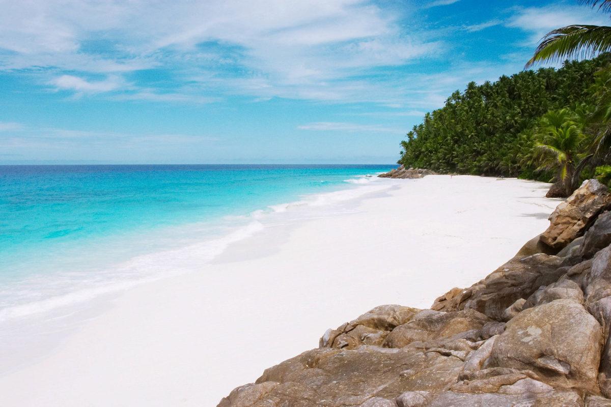 Die Insel Frégate ragt nur 125 Meter über den Meeresspiegel, die Gewässer um Chimney Rocks zählen zu den schönsten Tauchgebieten der Seychellen - © Paul Cowan / Shutterstock