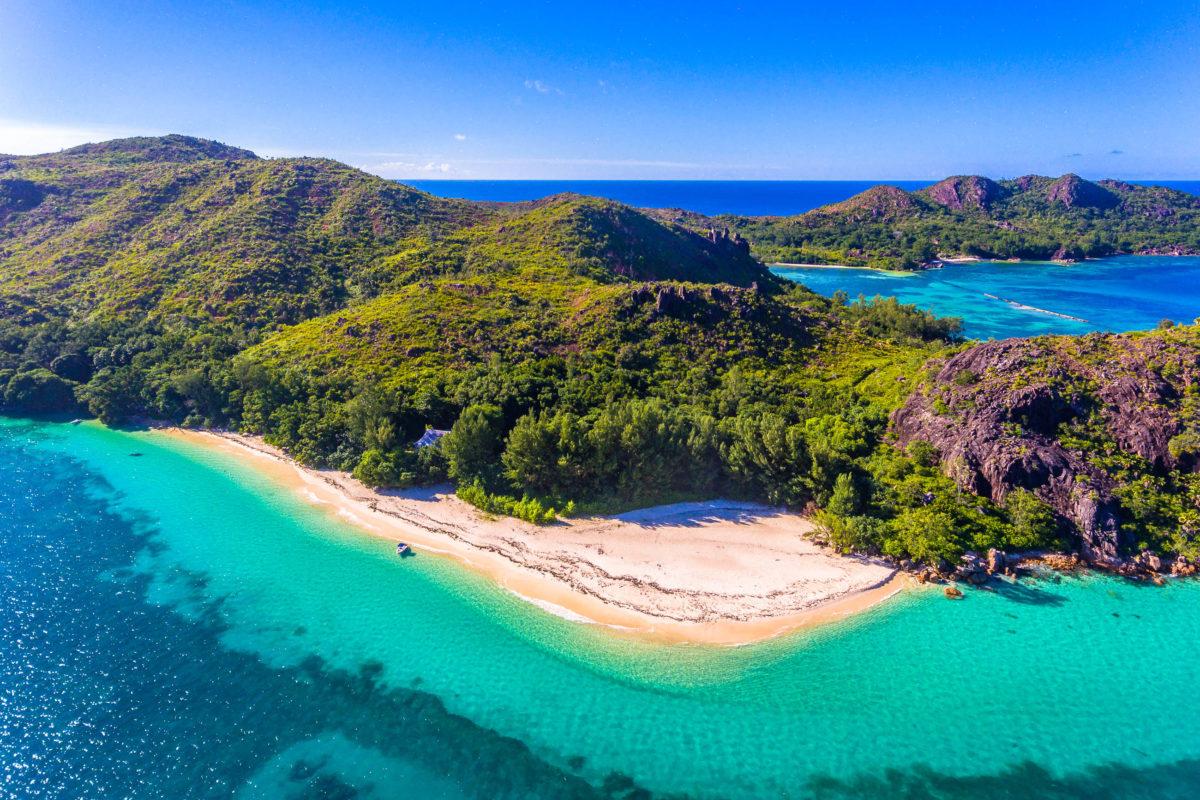 Die naturbelassene Insel Curieuse ist nach Praslin die zweite Heimatinsel der Coco de Mer, Seychellen - © Alex Saluk / Shutterstock