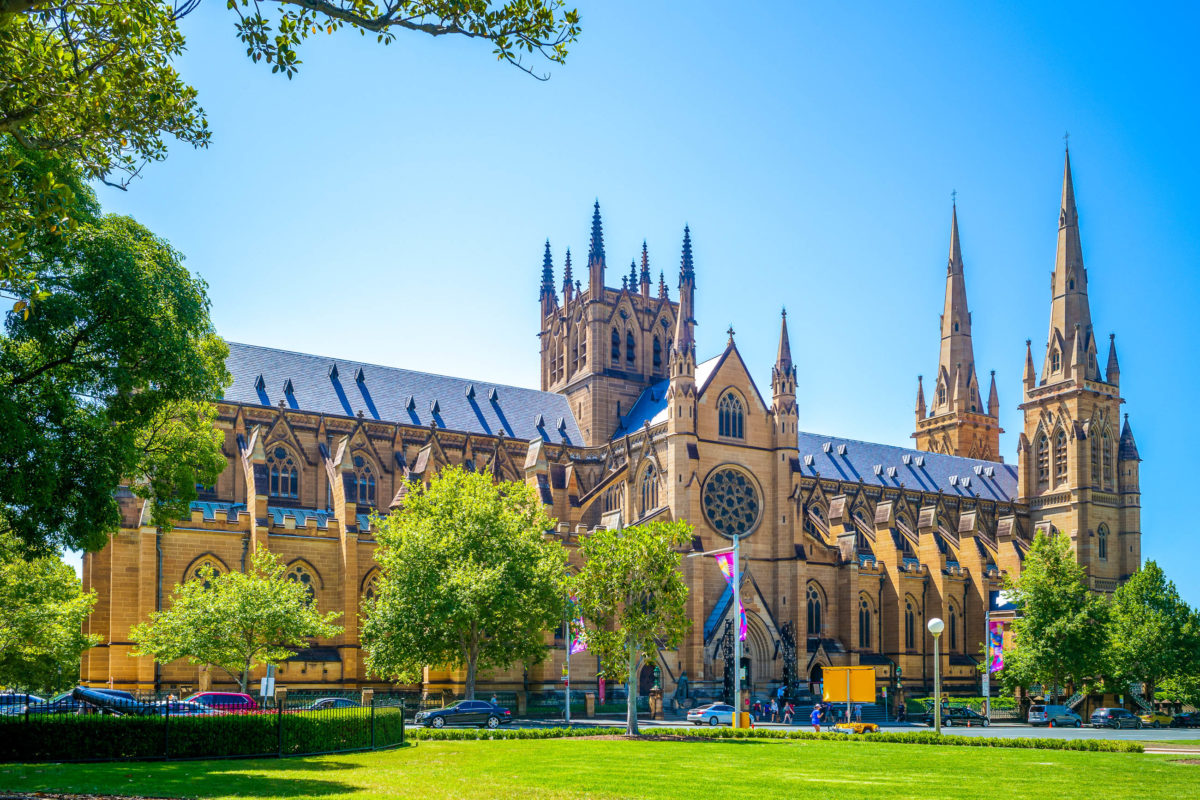 Die St. Mary's Cathedral in Sydney zählt zu den schönsten neugotischen Kathedralen der Welt, Australien - © Richie Chan / Shutterstock