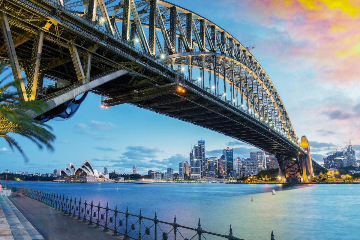 Ein Spaziergang über die berühmte 503 Meter lange Harbour Bridge zeigt Sydney von einer ganz neuen Perspektive, Australien - © pisaphotography / Shutterstock