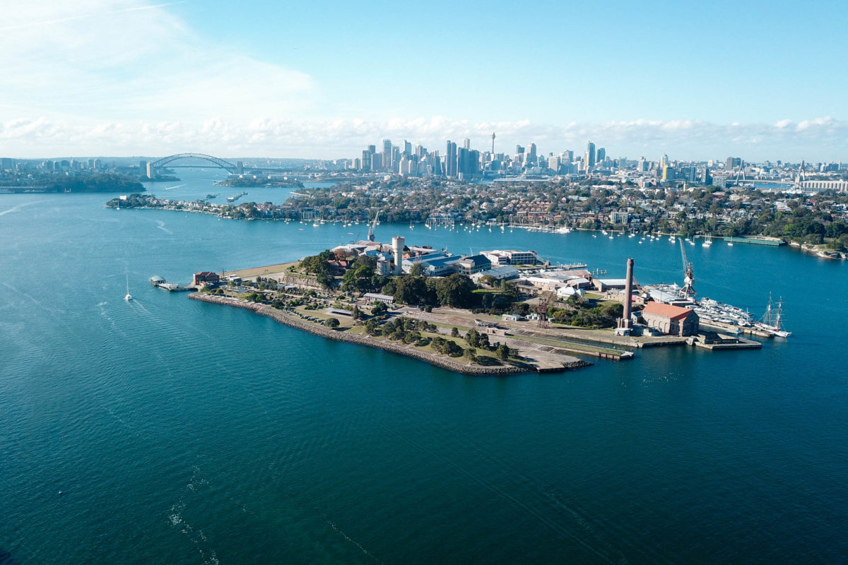 Im Hafenbecken vor Sydney liegt mit Cockatoo Island - einer ehemaligen Sträflingskolonie - ein kleiner Sightseeing-Geheimtipp für Sydney-Urlauber - © katacarix / Shutterstock
