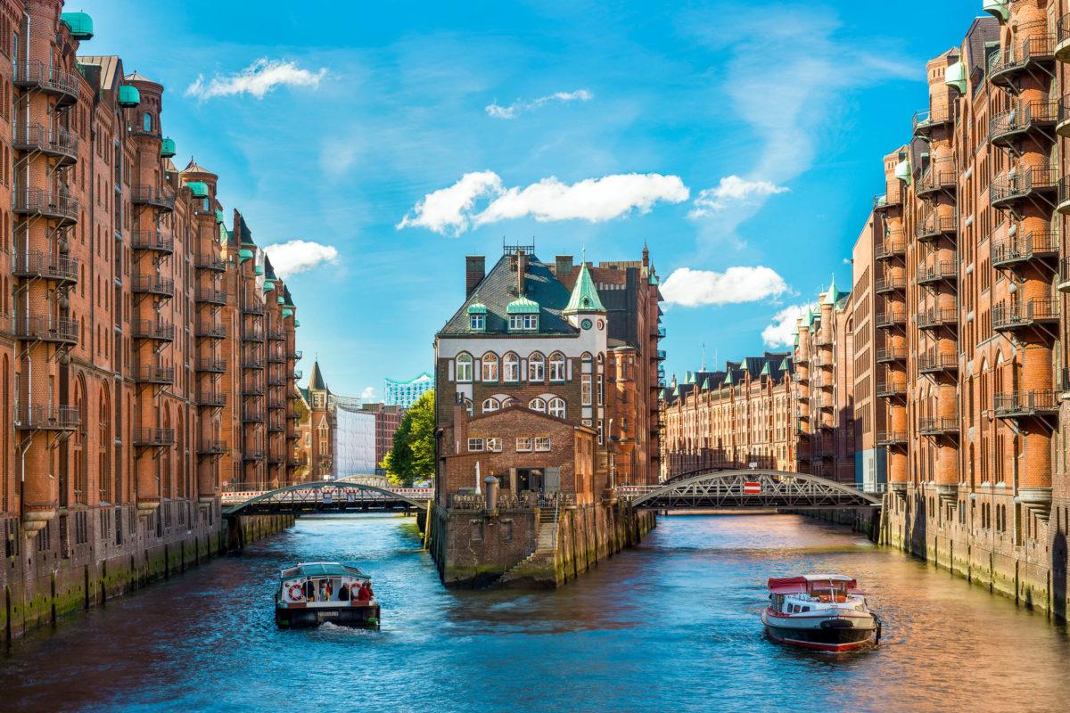 Die Speicherstadt in Hamburg ist ein echter Hingucker, viele Hafenrundfahrten beinhalten auch eine Fahrt durch die Kanäle rund um die Speicherstadt, Deutschland - © NilsZ / stock.adobe.com