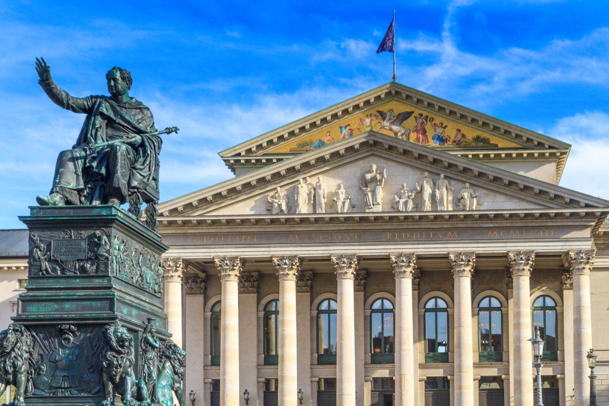 Die Bayerische Staatsoper in der Münchner Altstadt hat eine mehrere Jahrhunderte lange Geschichte, Deutschland - © Zechal / stock.adobe.com
