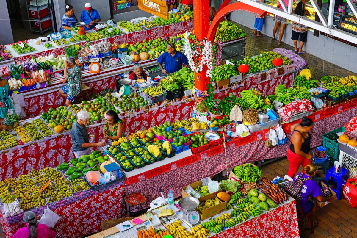 Am Markt von Papeete werden Produkte aus ganz Französisch-Polynesien feilgeboten - © EQRoy / Shutterstock