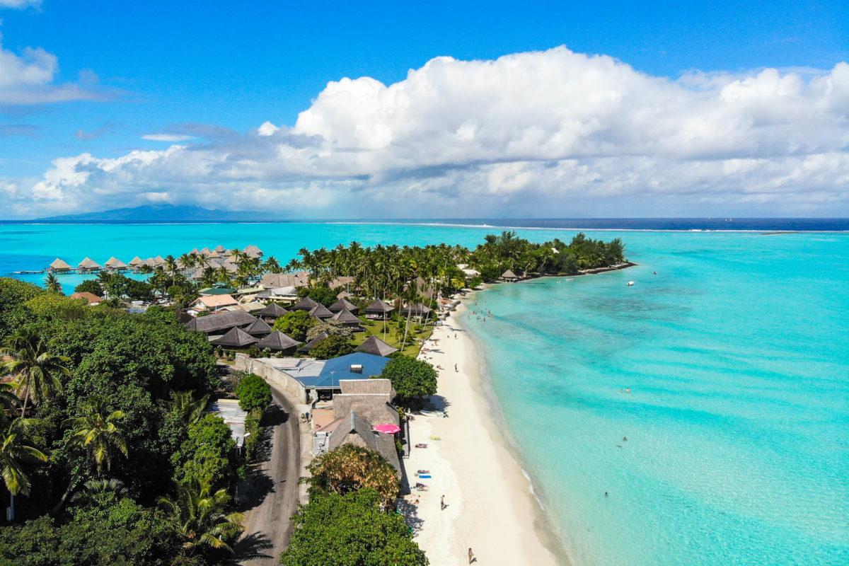 Der Matira Beach ist ein Strandparadies der Extraklasse auf Bora Bora und wird immer wieder zum schönsten Strand der Welt gewählt, Französisch Polynesien - © Clarence D Johnson / Shutterstock