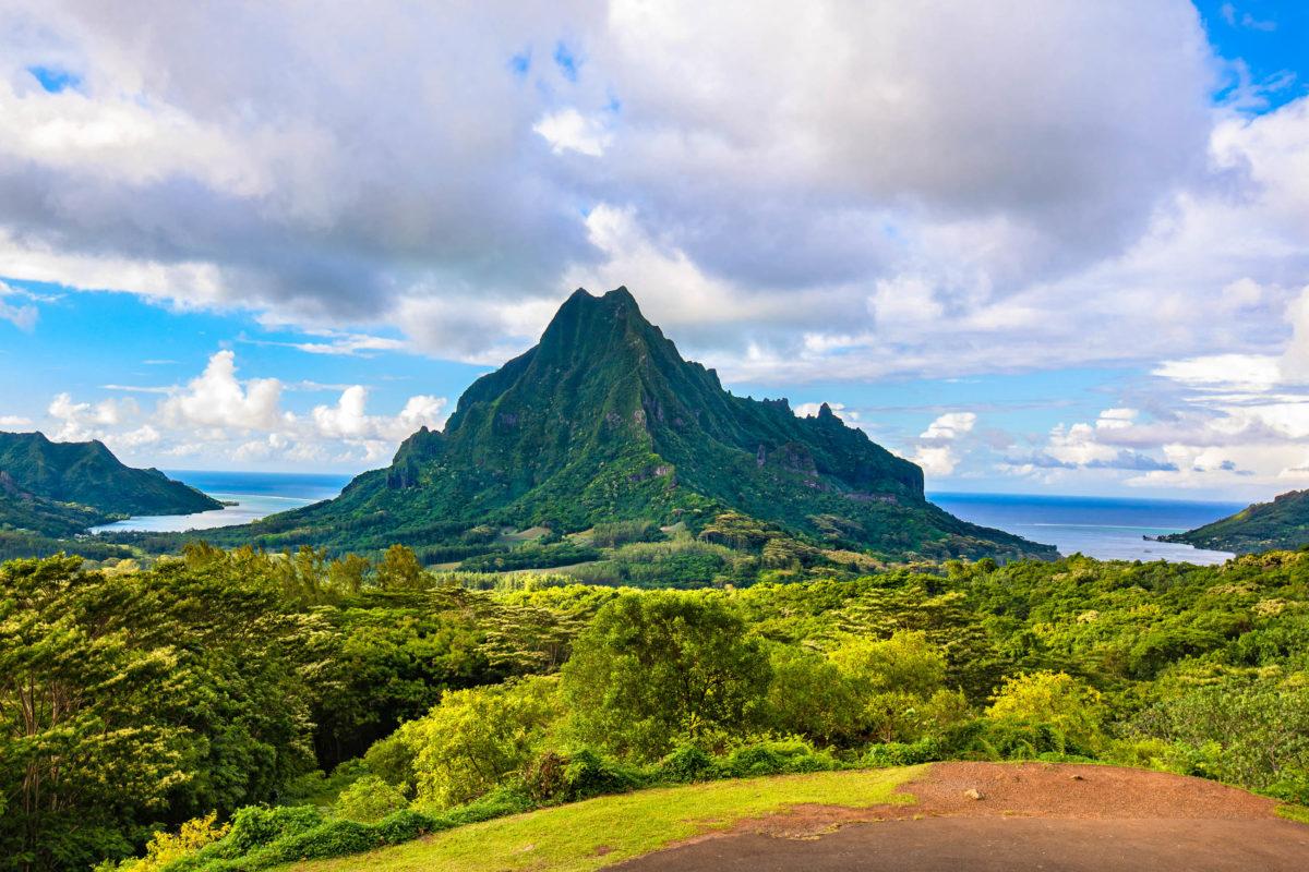 Ein unvergessliches Panorama bietet der Belvedere Lookout Point, der sich mitten auf Moorea auf der höchsten Erhebung der Insel befindet, Französisch-Polynesien - © Coupek Martin / Shutterstock