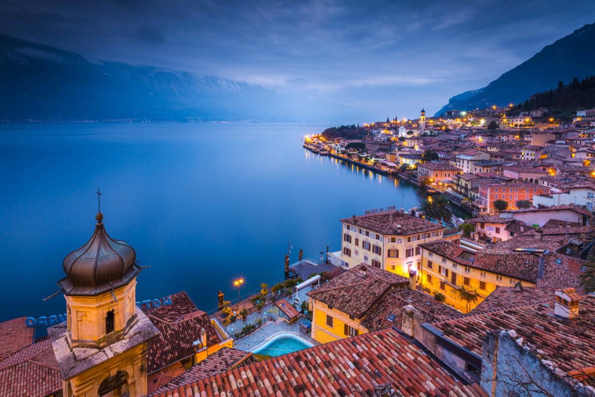 Am nordwestlichen Ufer des Gardasees liegt Limone Sul Garda, für viele eine der schönsten Plätzchen am Gardasee, Italien - © Stefano Termanini / Shutterstock