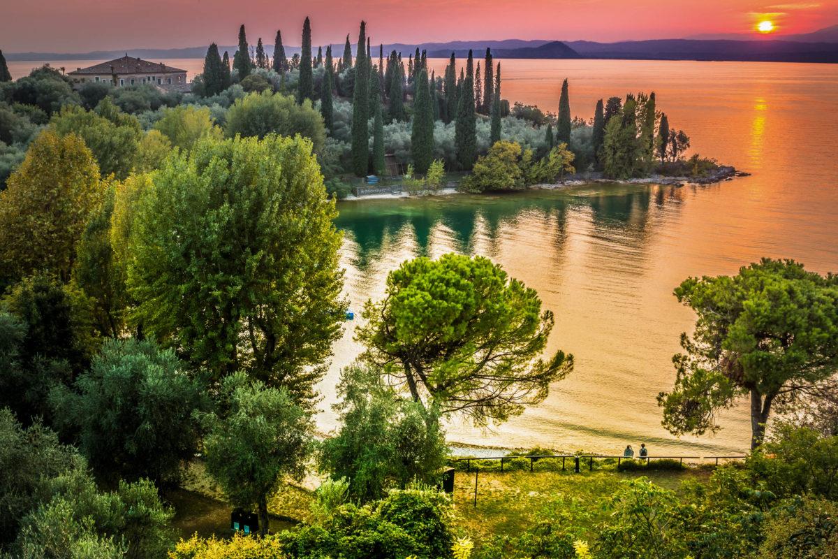 Der bildschöne Gardasee liegt mitten in den Alpen südlich von Trient und ist der größte See Italiens - © fotomika / Shutterstock