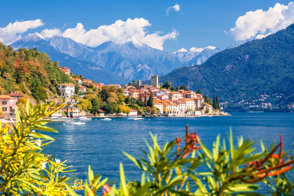 Die Ortschaften direkt am See sind im Sommer das ideale Ziel für Badeurlaub am Gardasee, Italien - © Rasto SK / Shutterstock