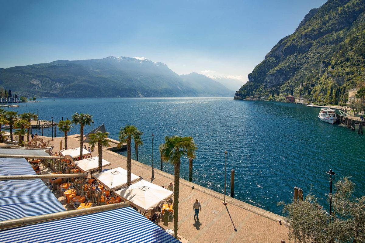 Riva ist die nördlichste Ortschaft am Gardasee, Italien, und ein Paradies für Aktivurlauber - © Danny Iacob / Shutterstock