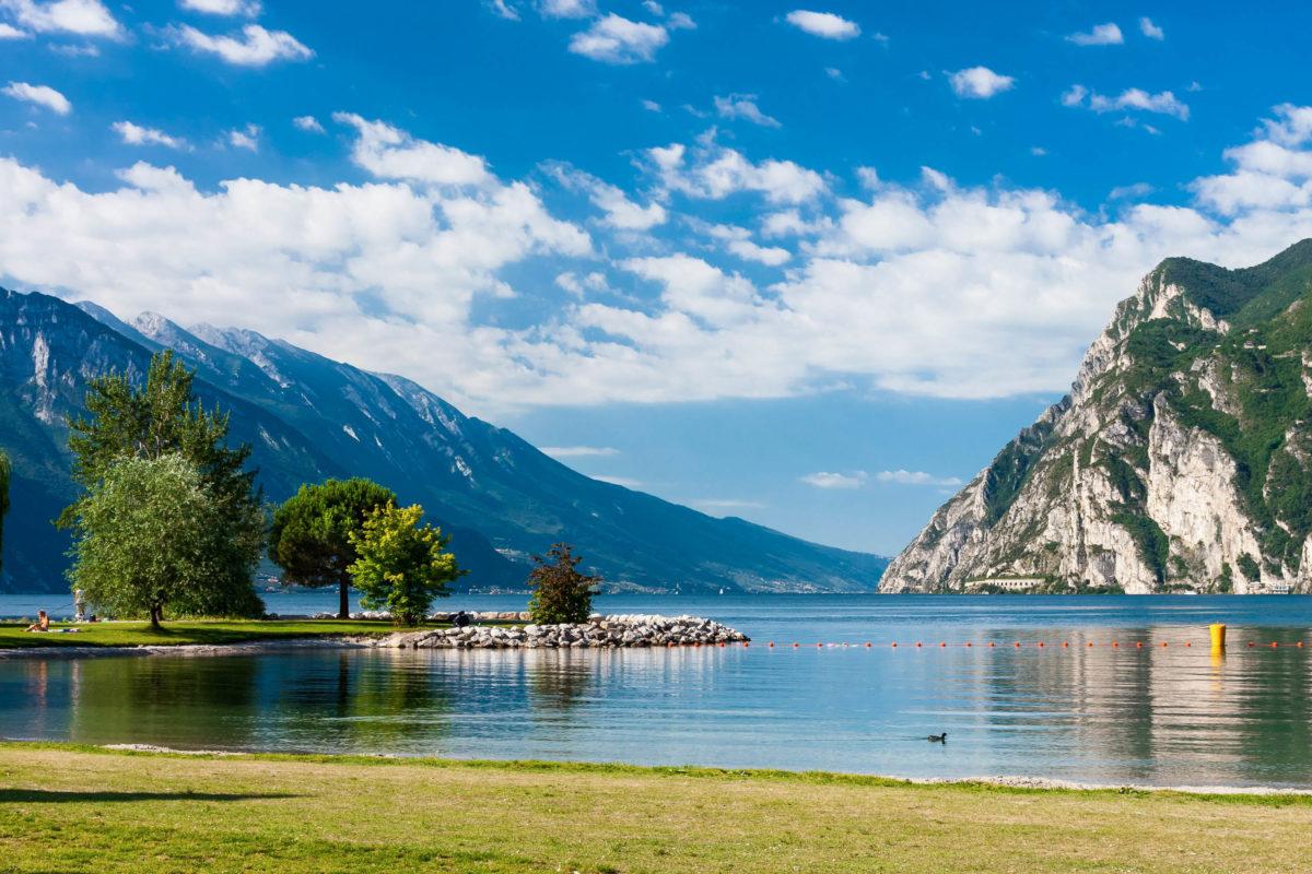 Torbole am Gardasee im nördlichen Italien steht ganz im Zeichen von Wassersport und empfing bereits Johann Wolfgang von Goethe - © LucaVicari / Shutterstock