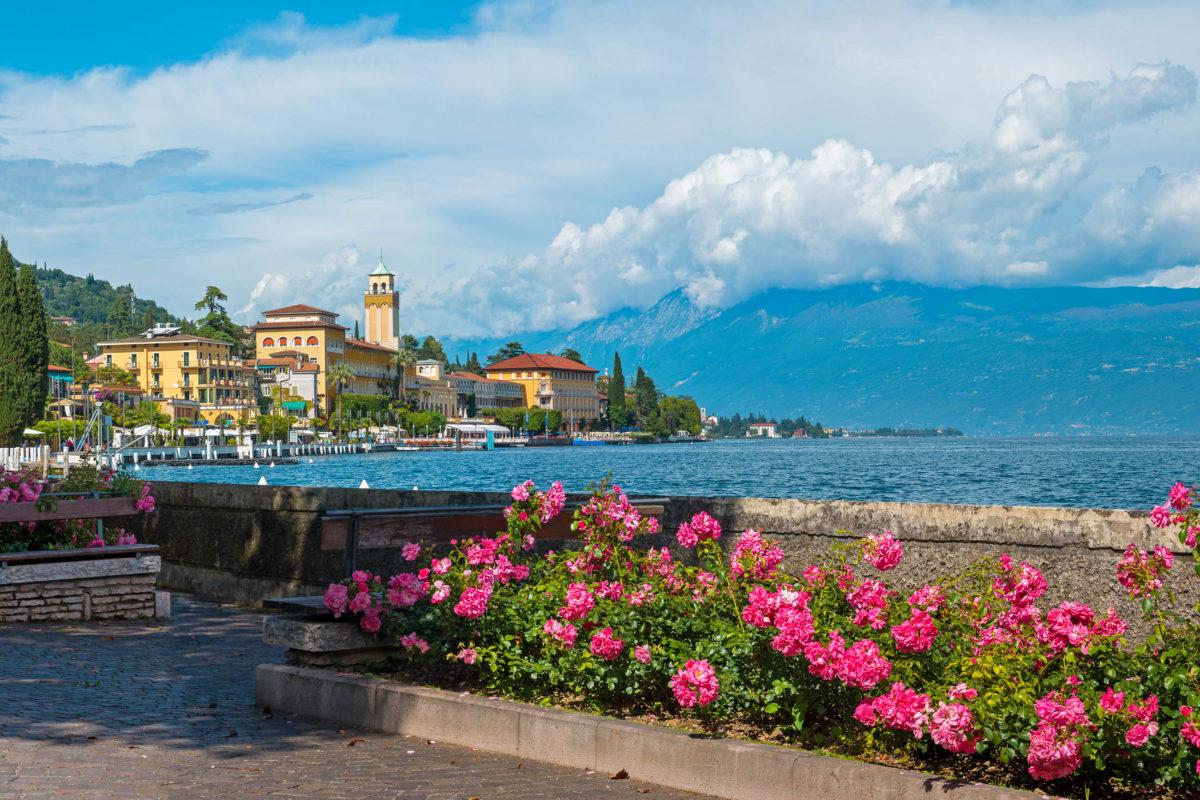 Zwischen Saló und Gargnano am Südwestufer des Gardasees, Italien, befindet sich die schmucke Ortschaft Gardone - © SusaZoom / Shutterstock