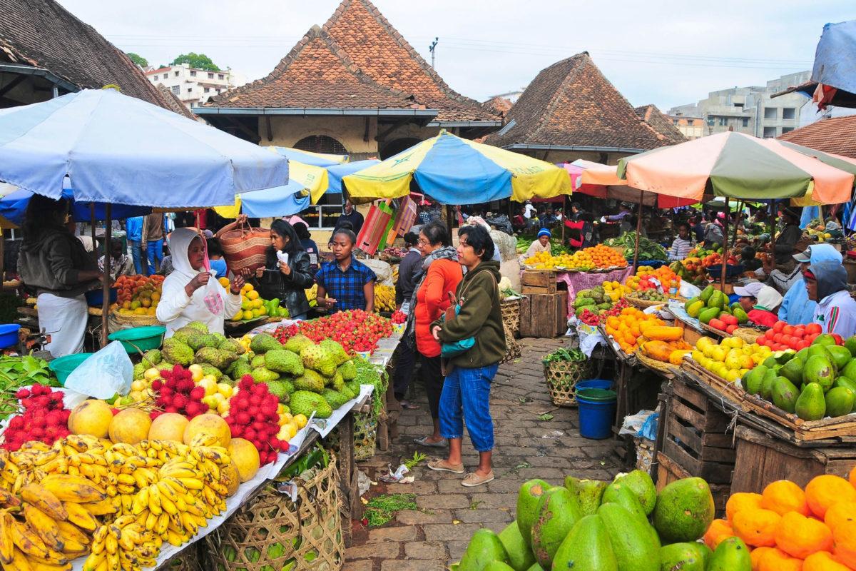 Der Analakely Markt in Antananarivo ist der größte Markt der Stadt und auch als Zoma Market bekannt, Madagaskar - © ronemmons / Shutterstock