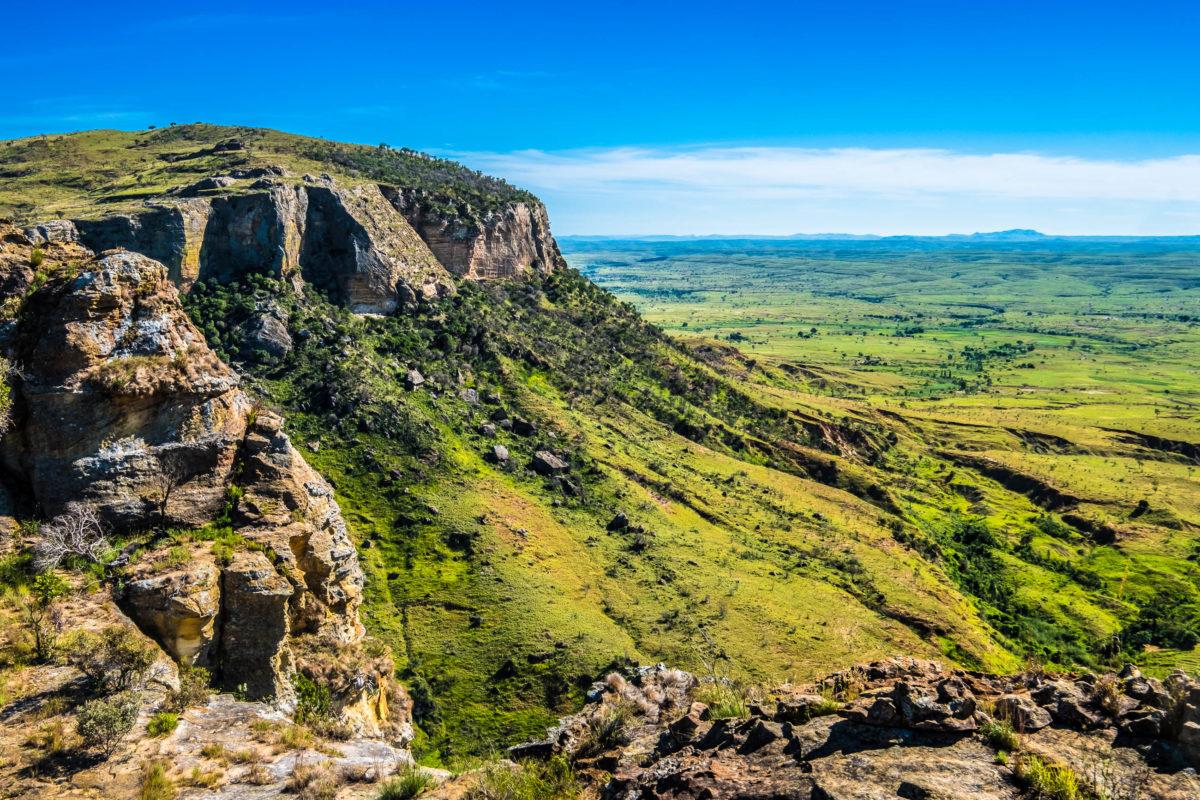 Der Isalo Nationalpark im südlichen Hochland Madagaskars besticht durch seine bizarren Felsformationen aus Jura-Sandstein - © LouieLea / Shutterstock