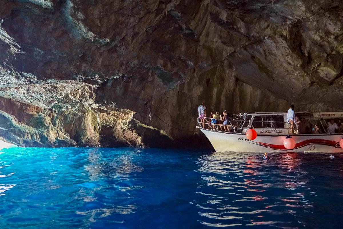 Das unwirklich blaue Wasser in der Blauen Grotte in Montenegro gleicht einem geschmolzenem Saphir - © Mike_O / Shutterstock