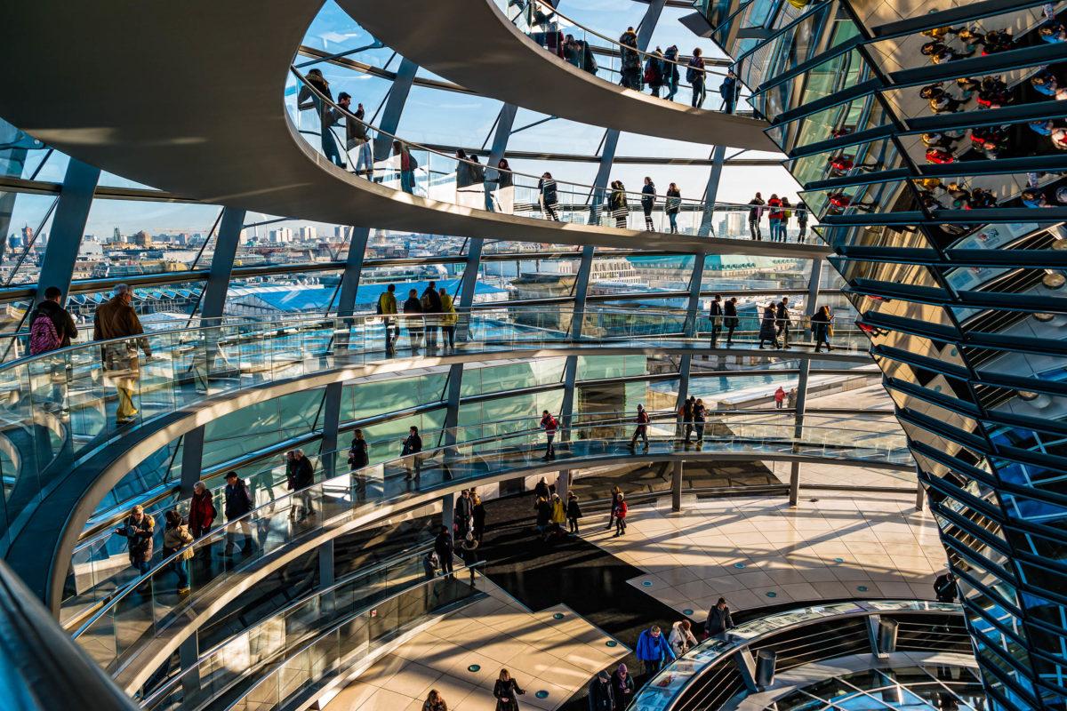 Die Glaskuppel auf der Spitze des Reichstags in Berlin, Deutschland - © Perekotypole / Shutterstock/ Shutterstock