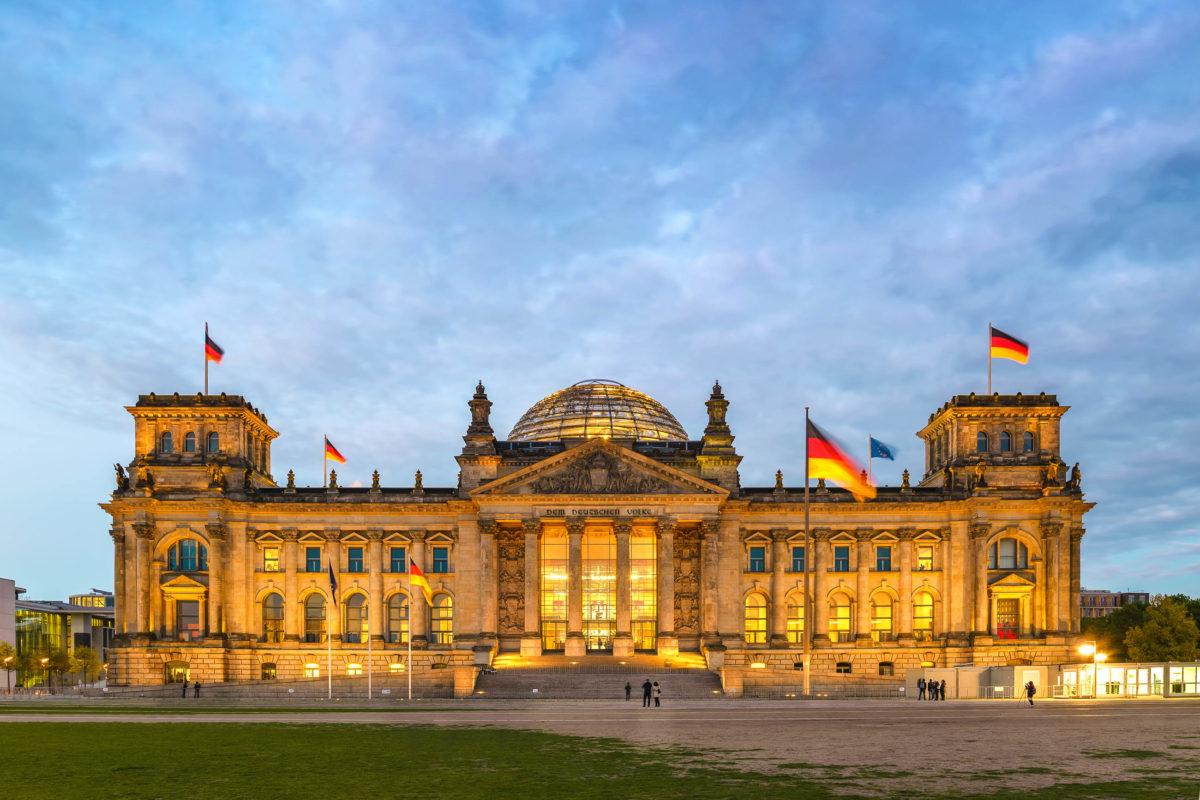 Erbaut wurde der Reichstag in Berlin am Ende des 19. Jahrhunderts nach den Plänen des deutschen Architekten Paul Wallot - © Noppasin Wongchum / Shutterstock