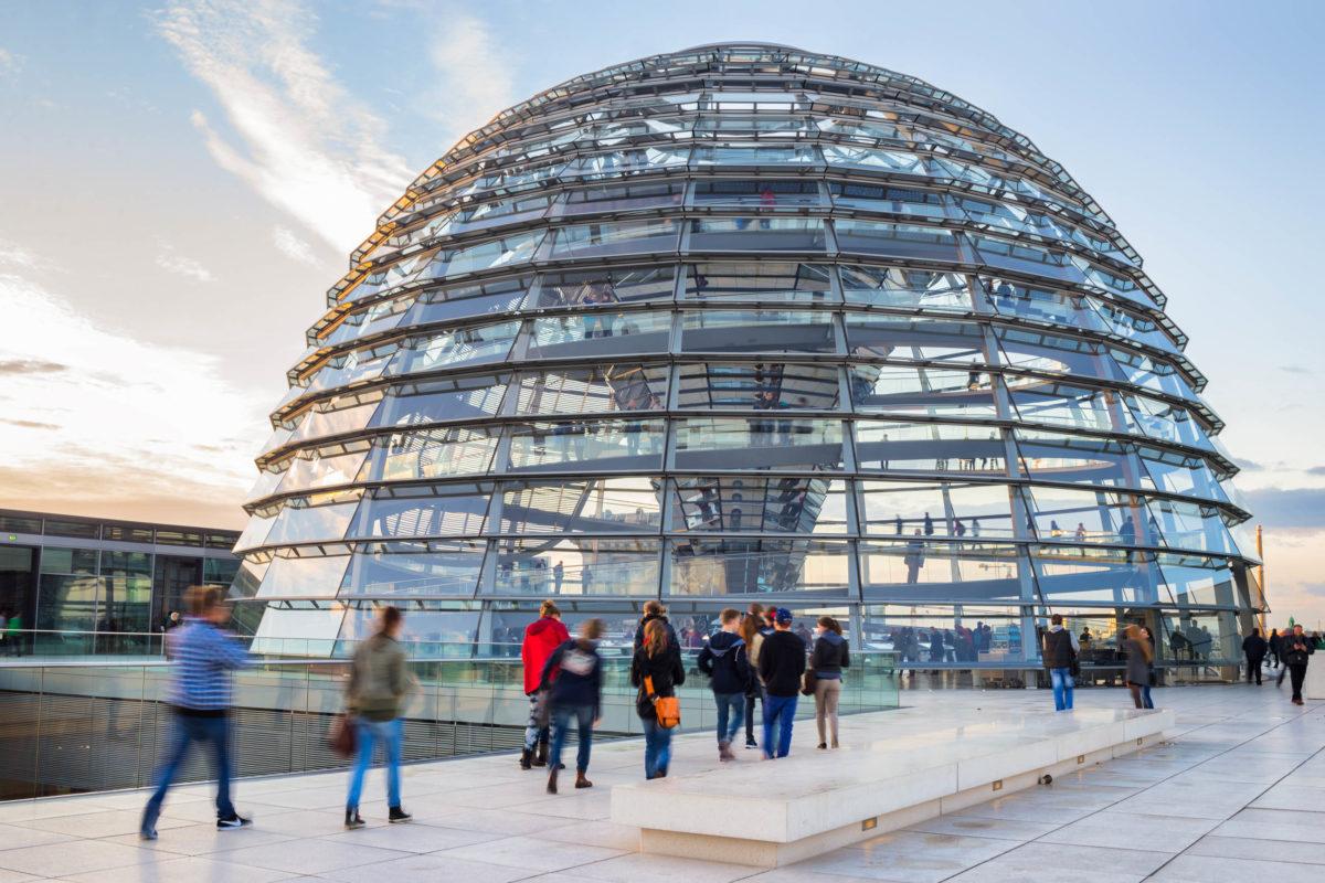 Im Inneren der Glaskuppel des Reichstags winden sich zwei Treppen empor, die die Besucher zur Aussichtsplattform und zur Dachterrasse führen, Berlin, Deutschland - © carol.anne / Shutterstock