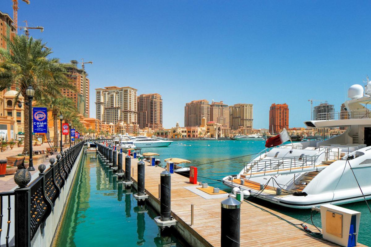 """An 4 Marinas finden auf """"The pearl"""" hunderte von schnittigen Yachten Platz, Doha, Katar - © Sophie James / Shutterstock"""