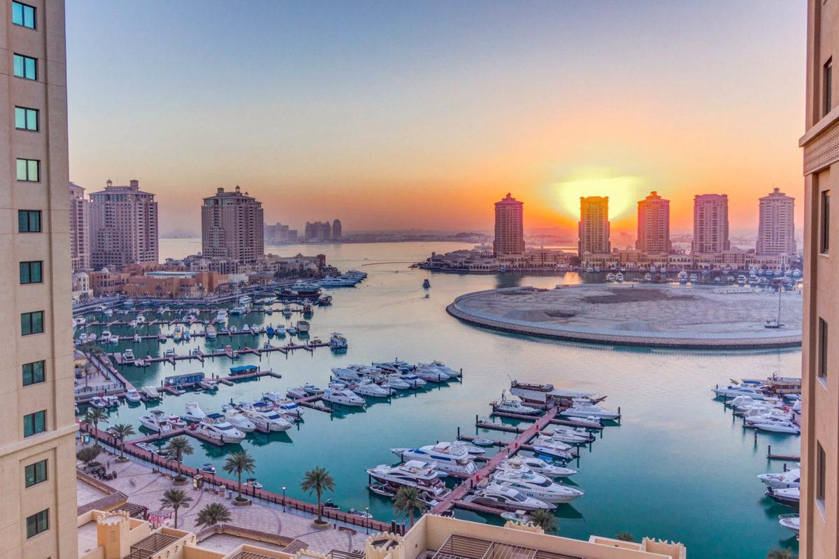 """Aussicht auf den Jachthafen und Wohngebäude auf der Insel """"Pearl"""" in Doha, Katar - © Kirill Neiezhmakov / Shutterstock"""