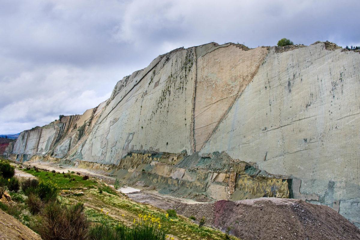 Von einer Plattform in etwa 150m Entfernung können die Dinosaurierspuren bei Sucre bewundert werden, Bolivien - © Belikova Oksana / Shutterstock