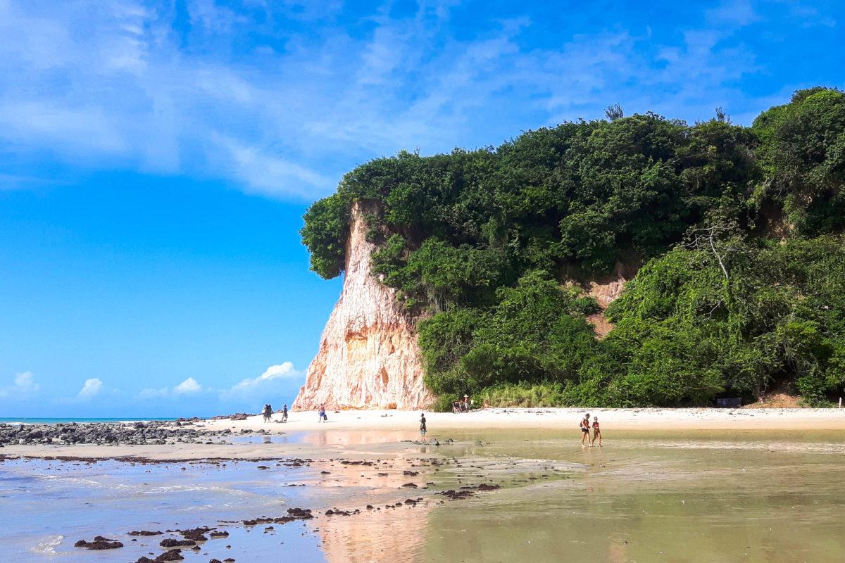 Praia da Pipa, einer der schönsten Strandspots der Welt - Brandung, Delphine, blauer Himmel, Sonne und Sand das ganze Jahr über, Brasilien - © Flavio Oliveira / Shutterstock