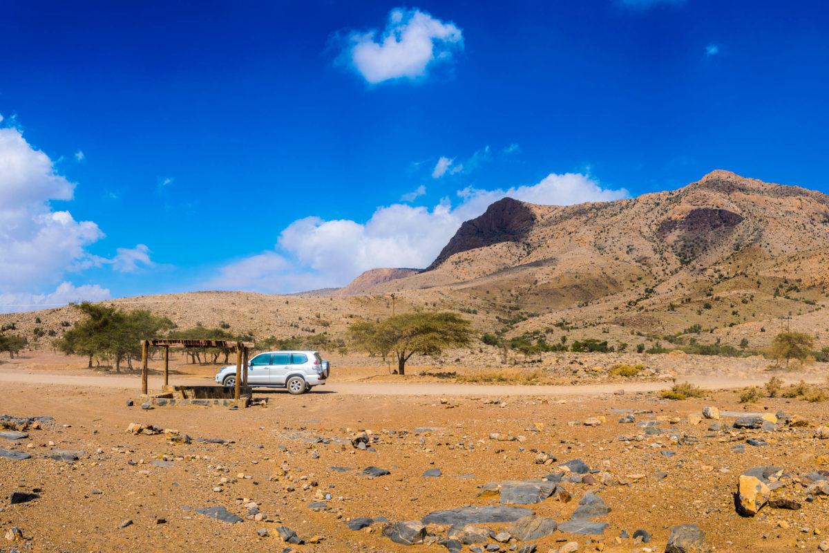 4x4 Geländewagen auf der Straße zum Jebel Shams im Hajar-Gebirge im Oman - © trabantos / Shutterstock