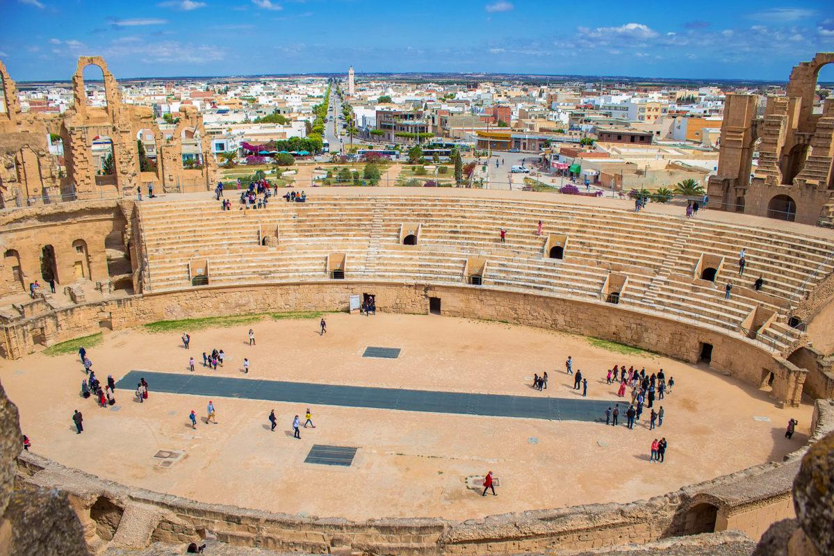 Panoramablick auf das antike römische und für seine außergewöhnliche Akustik bekannte Amphitheater in El Djem, Tunesien - © Liya_Blumesser / Shutterstock