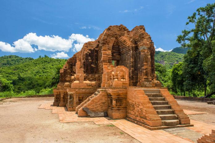 Die Tempelstadt My Son befindet sich in einem malerischen Tal in Zentralvietnam etwa 50km südöstlich von Hoi An - © Quang Vu / Shutterstock