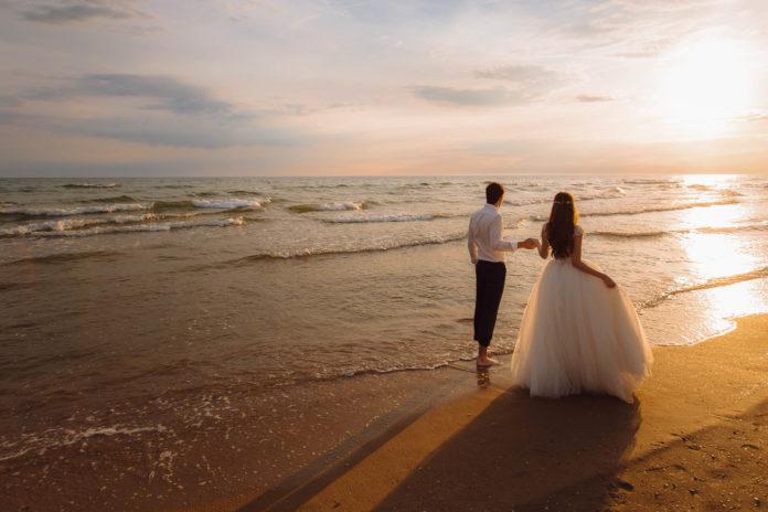 Die Flitterwochen sind eine wundervolle Hochzeitstradition - © romannoru / stock.adobe.com
