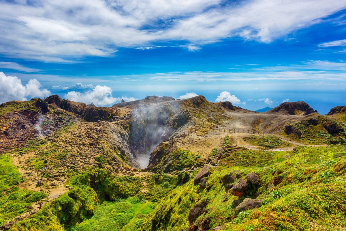 La Soufrière ist der Gipfel eines ganz aus vulkanischem Gestein bestehenden Bergmassiv und ist der höchste Berg der gesamten Inselgruppe der kleinen Antillen, Guadeloupe - © Filip Fuxa / Shutterstock