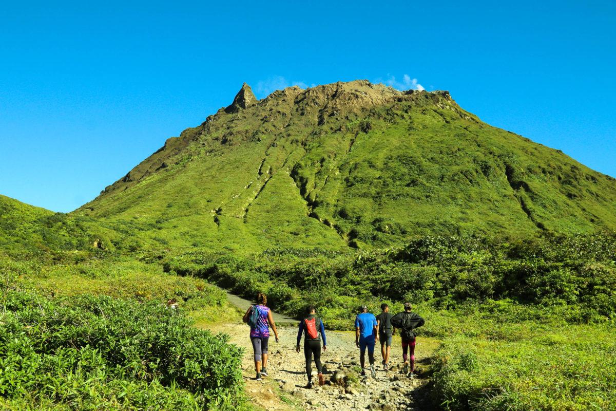 Wanderer am Gipfelweg des Vulkans La Soufriere auf der französischen Karibikinsel Guadeloupe - © Tupungato / Shutterstock