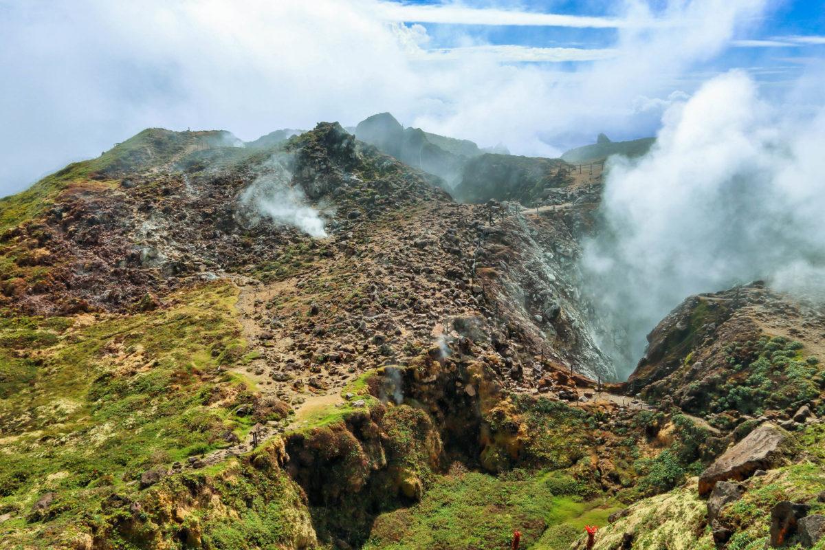 Wer früh genug aufbrach, hat vielleicht das Glück, den Vulkankrater des La Soufrière in seiner vollen Pracht zu sehen, ab Mittag hüllt er sich meist in Nebel, der vom Regenwald aufsteigt, Guadeloupe - © Tupungato / Shutterstock