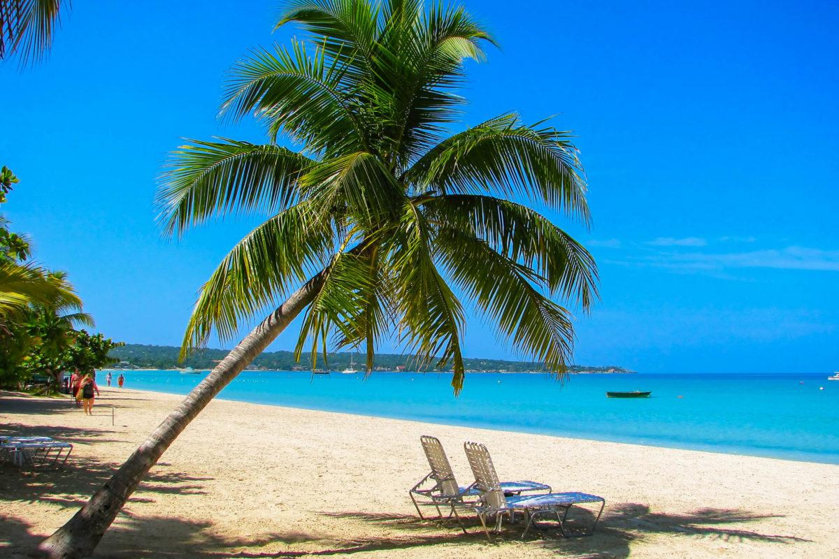 Restaurants, Beach-Bars und Lokale sorgen am Negril Strand für das leibliche Wohl der Strandurlauber, Jamaika - © Przemyslaw Skibinski / Shutterstock