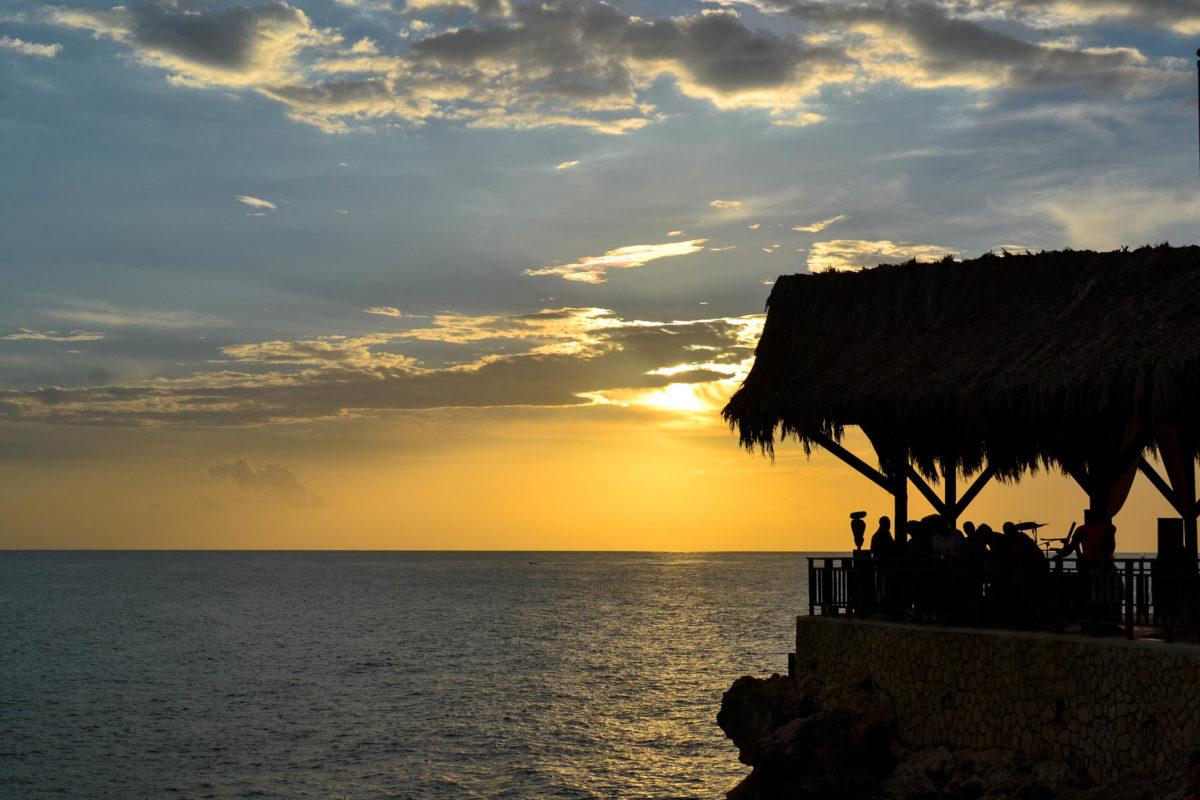 Sonnenuntergang am Negril Strand, mittlerweile eine Nummer-1-Traumdestination für viele Jamaika-Urlauber - © H1nksy / Shutterstock