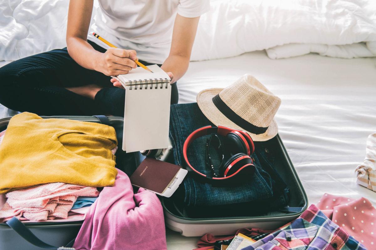 Packliste Hochzeitsreise: Was muss in den Koffer? Wer frühzeitig packt, hat vor der Abreise mehr Zeit. - © ijeab / stock.adobe.com
