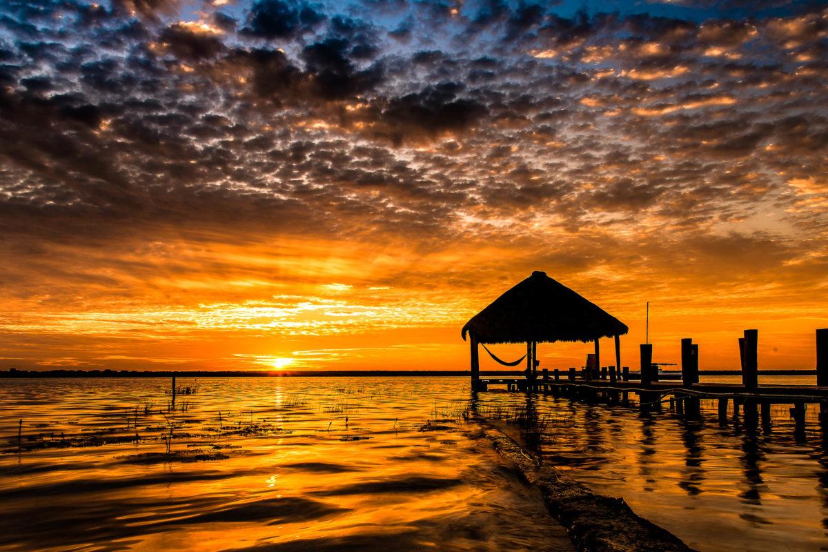 Perfekter Sonnenuntergang am zweitgrößten Süßwassersee Mexikos, der Lagune Bacalar - © Rudy Agterkamp / Shutterstock
