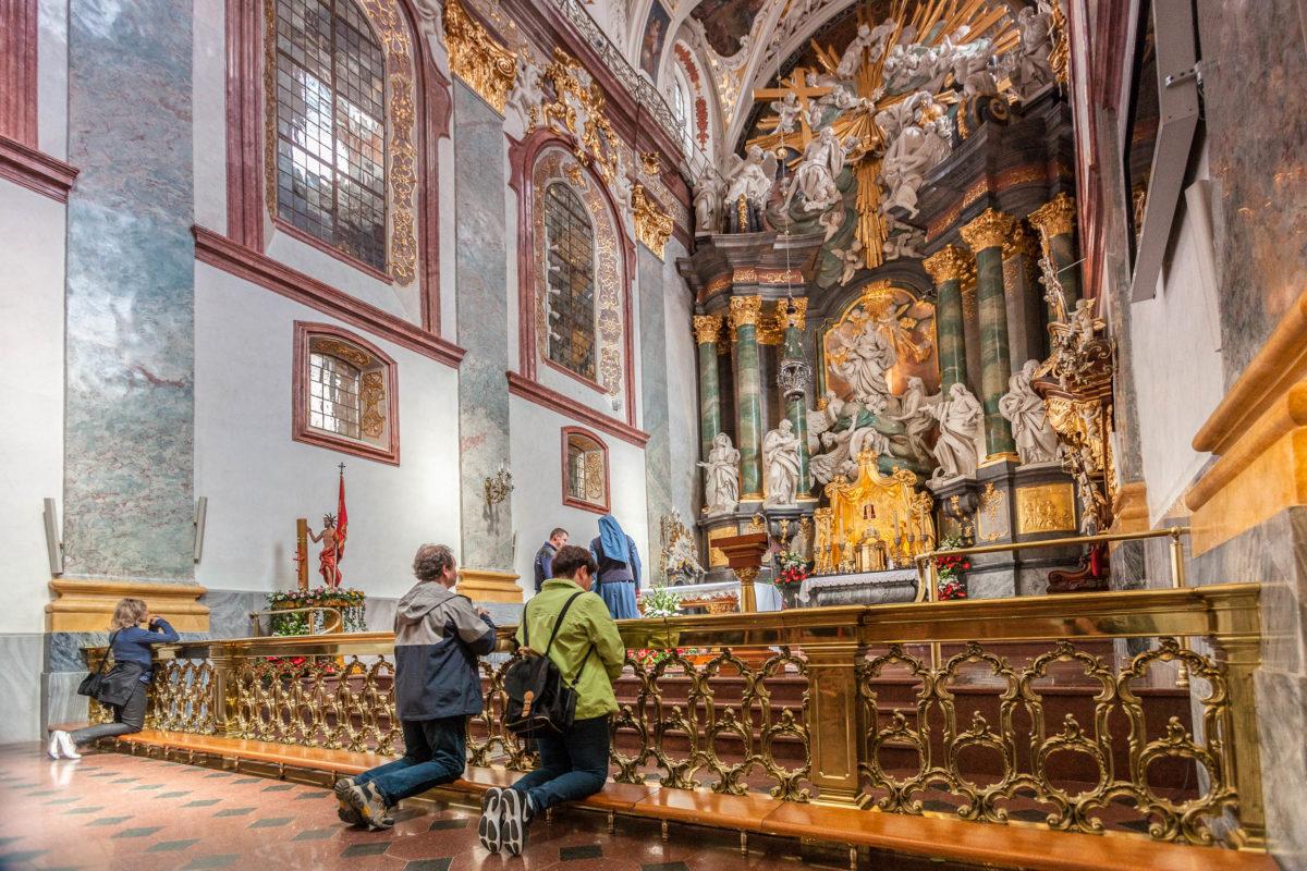 """Das Bergkloster Jasna Góra (""""Heller Berg"""") ist eine bedeutende Pilgerstätte in der polnischen Großstadt Częstochowa (Tschenstochau) - © fotohuta / Shutterstock"""