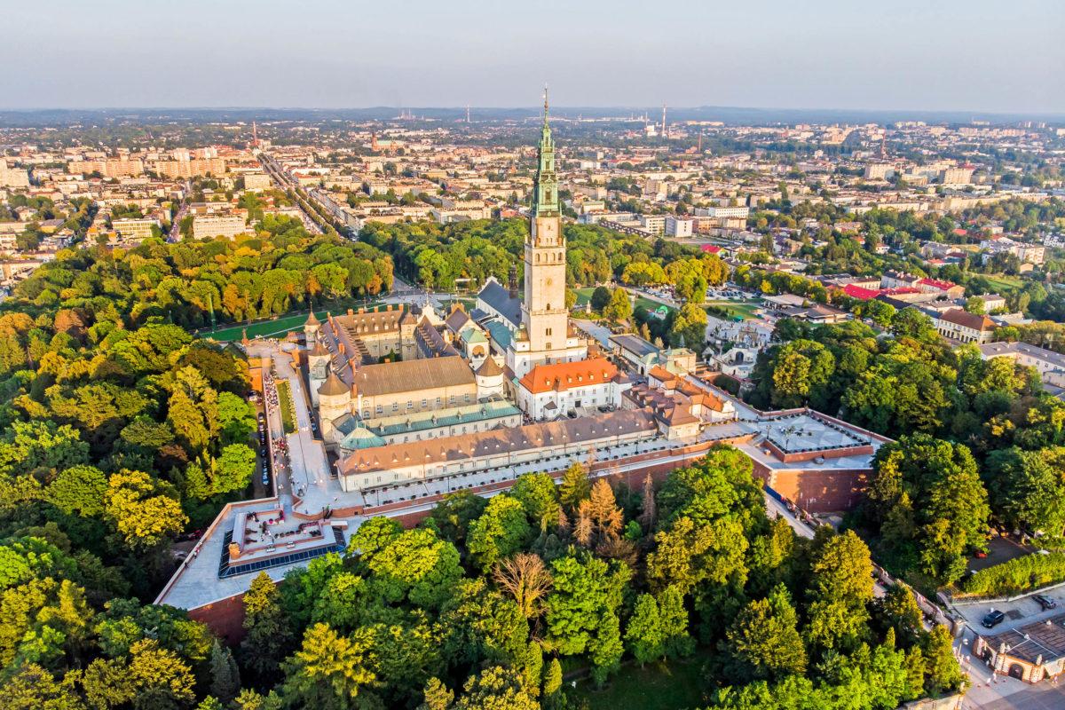 Der über 100m hohe Turm des Klosters Jasna Góra ragt weit über das Land und weist den Pilgern schon von weitem den Weg an ihr Ziel, Polen - © Tomasz Warszewski / Shutterstock