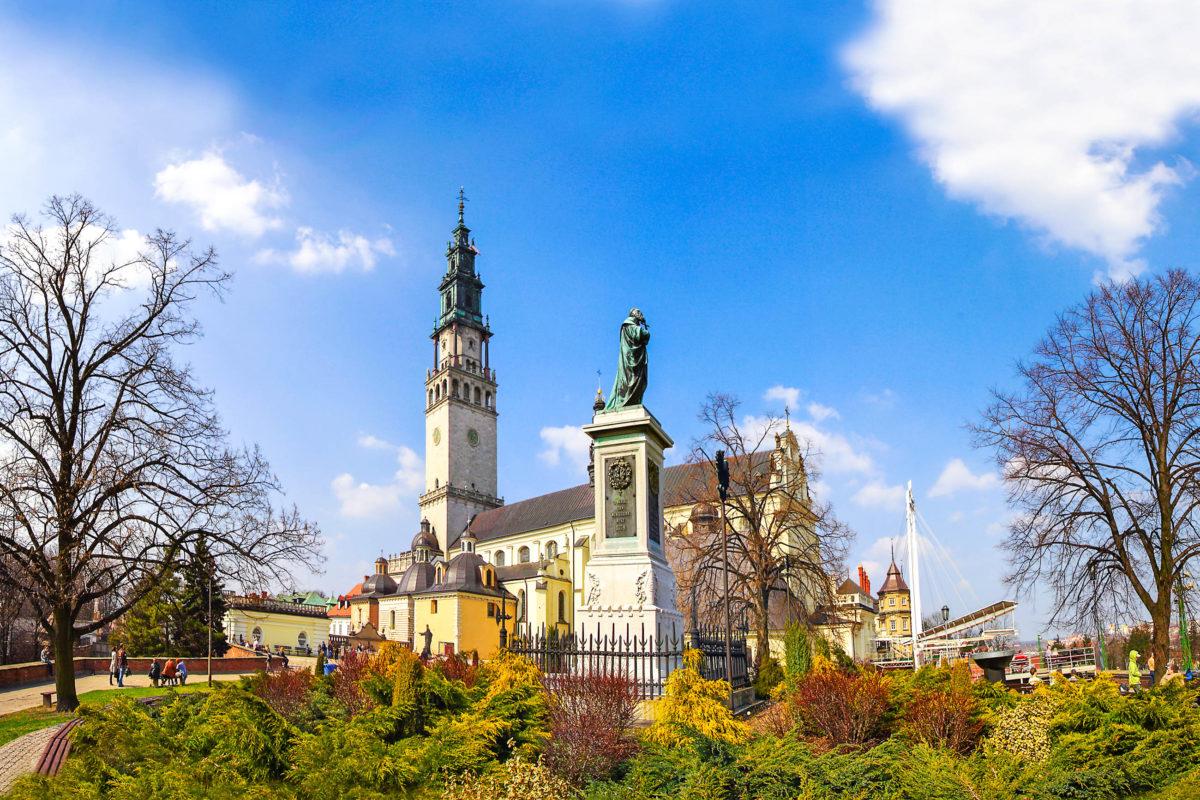 Ein eigenes Pilgerzentrum im Westen vom Kloster Jasna Góra bietet Unterkünfte und Restaurants, Polen - © Pecold / Shutterstock
