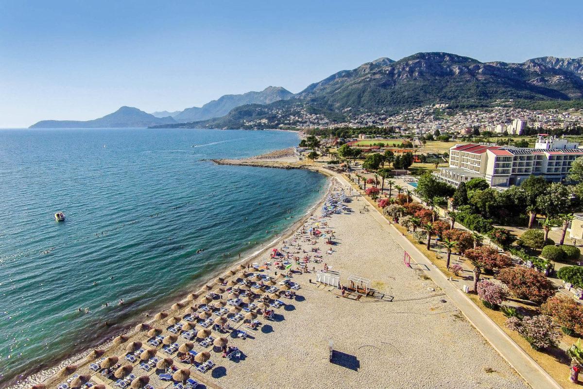 Die vielen Grünflächen in Bar schaffen gemeinsam mit der Brise vom Meer eine angenehme Atmosphäre, der Strand lädt zum Baden ein, Montenegro - © sduraku / Shutterstock