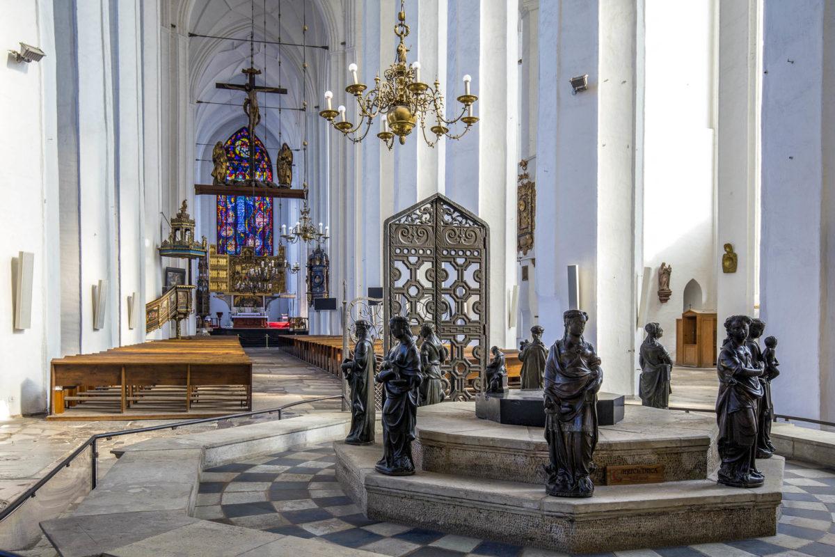 Innenraum der Marienkirche in Danzig, der derzeit größten Backsteinkirche der Welt, Polen - © posztos / Shutterstock