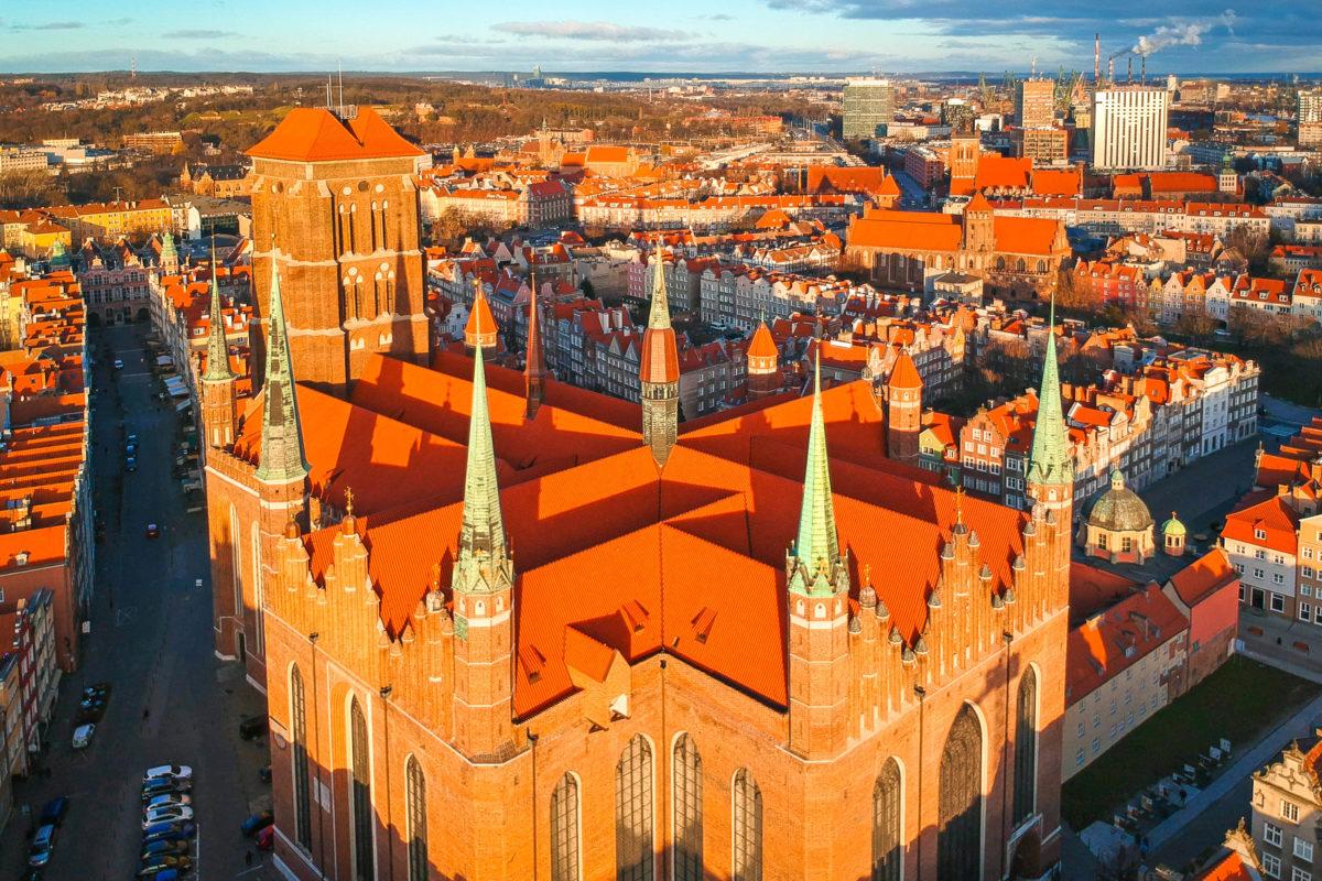 Luftaufnahme der Marienkirche in Danzig bei Sonnenaufgang, Polen - © Patryk Kosmider / Shutterstock